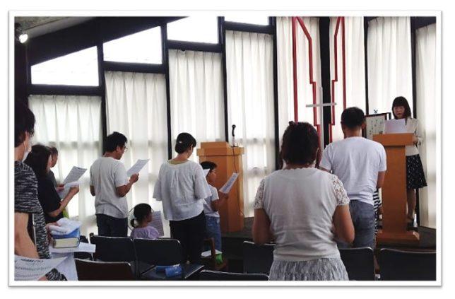 主日礼拝で讃美歌を歌う様子
